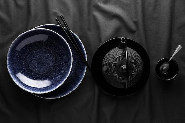 Bovenaanzicht van theepot met serviesgoed en lepel