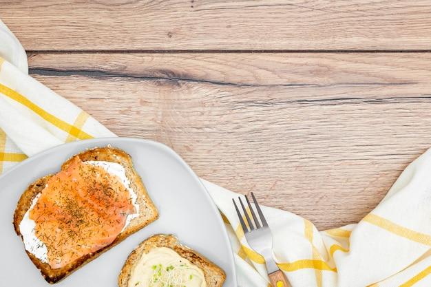 Bovenaanzicht van toast met bestek en kopie ruimte