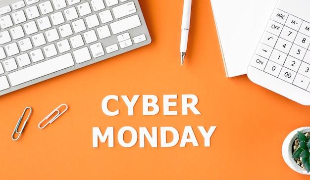 Bovenaanzicht van toetsenbord met rekenmachine en plant voor cyber maandag