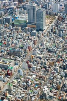 Bovenaanzicht van tokio. dichtbevolkte metropool vanaf de hoogte van de sky three-toren.