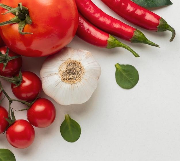 Bovenaanzicht van tomaten met knoflook en chilipepers