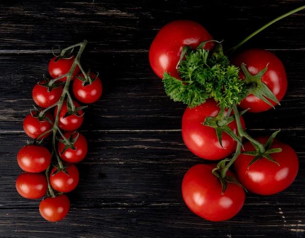 Bovenaanzicht van tomaten met koriander op houten oppervlak