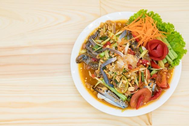 Bovenaanzicht van tradition spicy thai salade - thaise keuken (som tum schaaldieren zeevruchten)