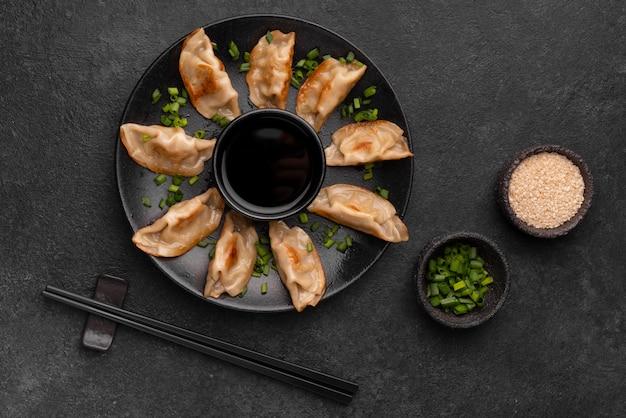 Bovenaanzicht van traditionele aziatische maaltijd met kruiden