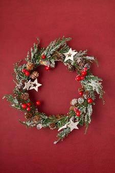 Bovenaanzicht van traditionele kerst krans met kopie ruimte.