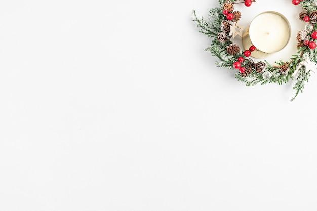 Bovenaanzicht van traditionele kerstkrans en kaars
