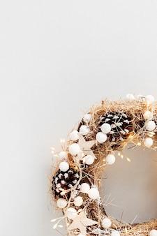 Bovenaanzicht van traditionele kerstkrans met kopie ruimte op neutrale achtergrond. wintervakantie en kerstviering concept, plat leggen, kopie ruimte
