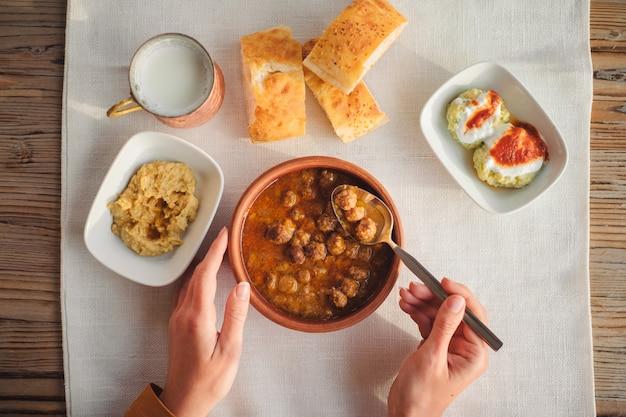 Bovenaanzicht van traditionele turkse gerechten op houten tafel