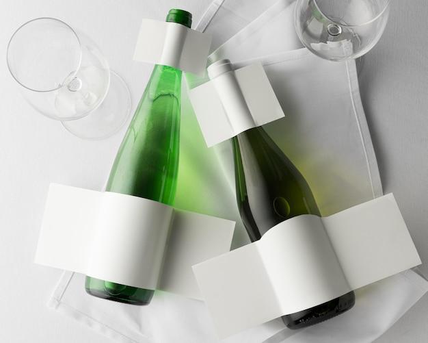 Bovenaanzicht van transparante wijnflessen met etiketten blanco