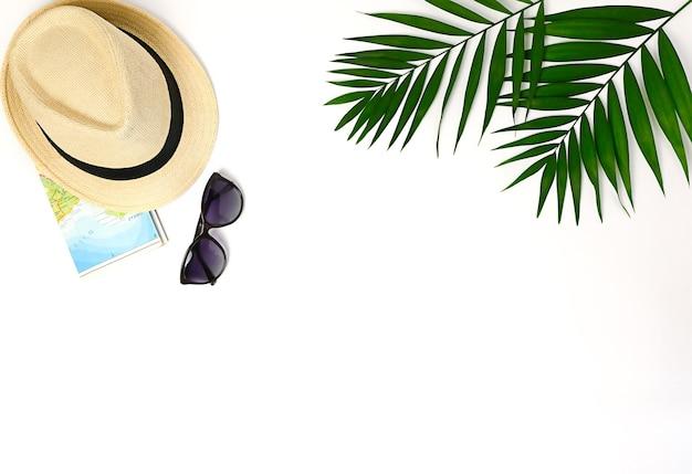 Bovenaanzicht van traveler's accessoires. essentiële vakantieartikelen