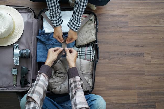 Bovenaanzicht van traveller's jong stel plannen huwelijksreis vakantiereis