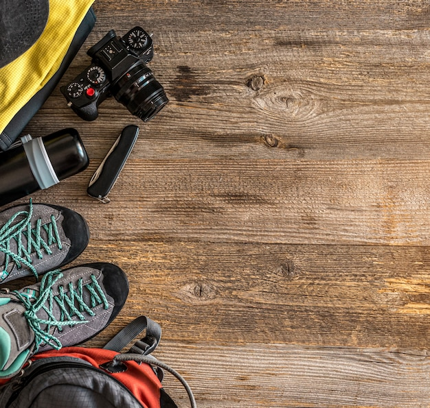 Bovenaanzicht van trekkinguitrusting in de hoek op houten achtergrond met kopie ruimte