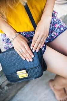Bovenaanzicht van trendy meisje accessoires blauwe handtas mode, stijl, tas,