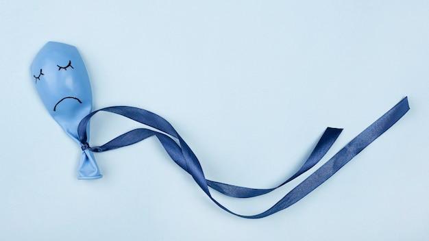 Bovenaanzicht van trieste blauwe maandag ballon met lint
