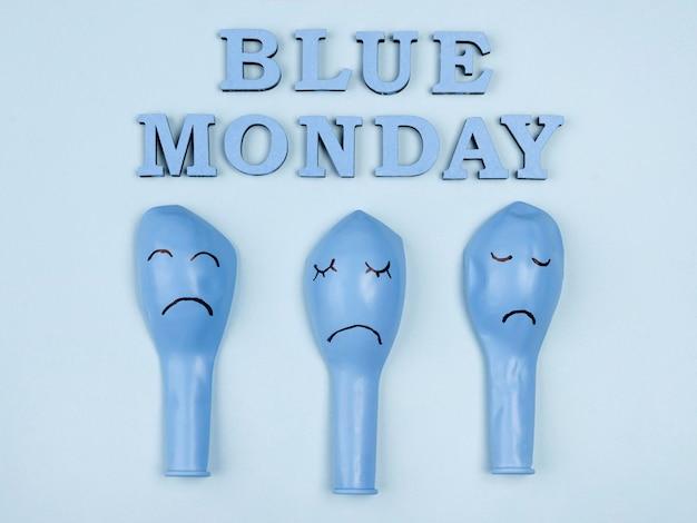 Bovenaanzicht van trieste blauwe maandag ballonnen