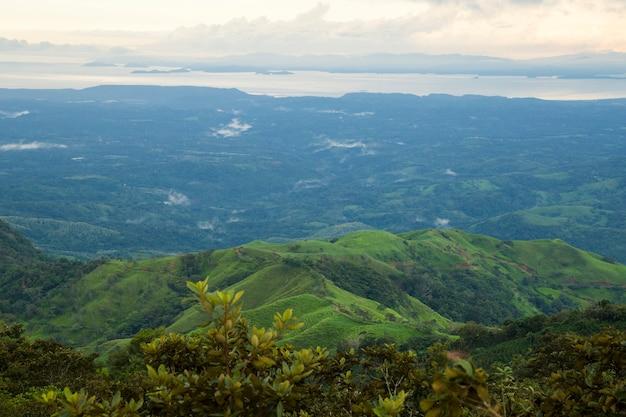 Bovenaanzicht van tropisch bos in regenachtig weer