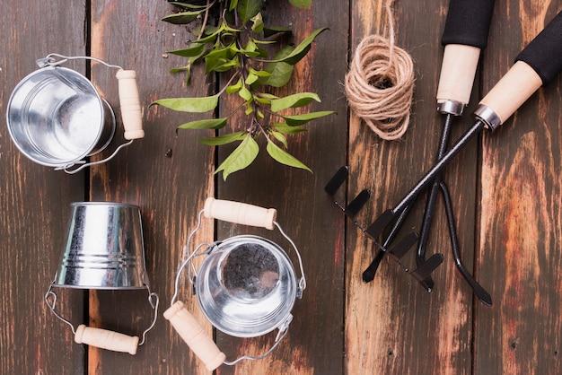 Bovenaanzicht van tuingereedschap en planten