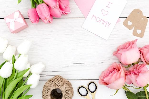 Bovenaanzicht van tulpen en rozen met kopie ruimte