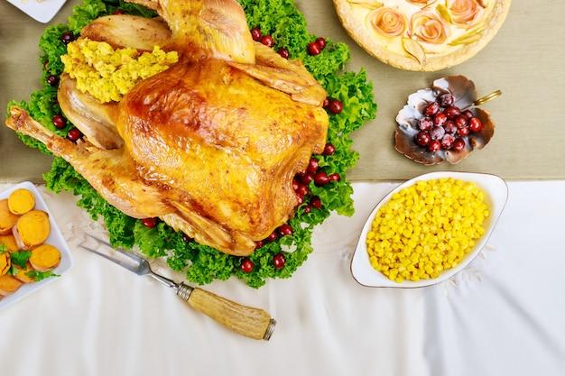 Bovenaanzicht van turkije, versierd met boerenkool en cranberry voor thanksgiving of kerstdiner. vakantie nieuwjaar concept.