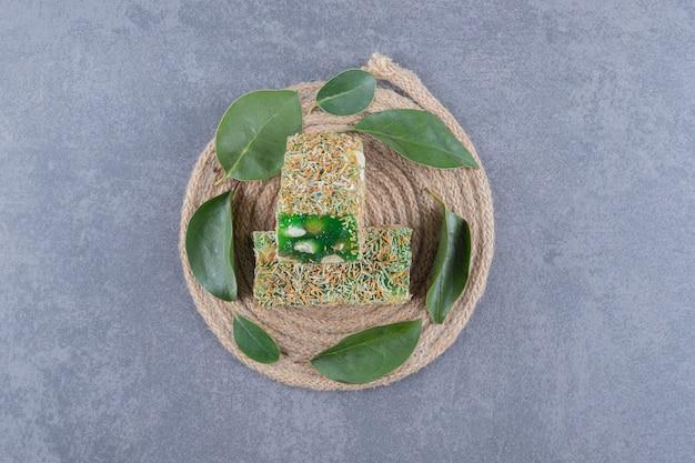 Bovenaanzicht van turks fruit rahat lokum met hazelnoten op houten plaat.
