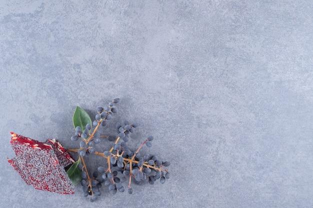 Bovenaanzicht van turks fruit rahat lokum op grijze achtergrond.