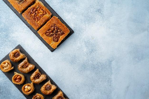 Bovenaanzicht van turkse desserts op lichtblauwe achtergrond