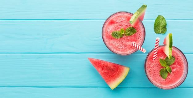 Bovenaanzicht van twee glazen met rietjes en watermeloencocktails