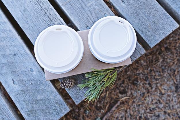 Bovenaanzicht van twee kopjes koffie om te gaan