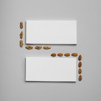 Bovenaanzicht van twee lege chocoladerepen pakketten met noten