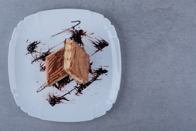 Bovenaanzicht van twee plak cake met chocoladesaus