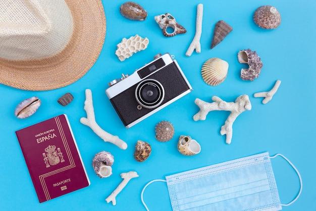 Bovenaanzicht van typische reisaccessoires en een medisch masker