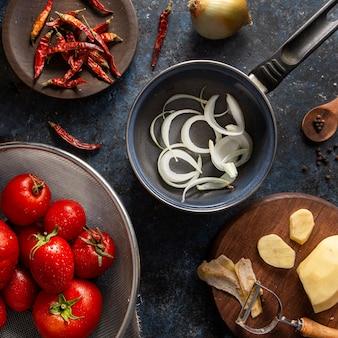 Bovenaanzicht van uien in pan met groenten