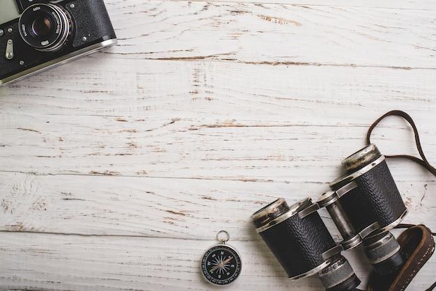 Bovenaanzicht van uitstekende camera, kompas en verrekijkers