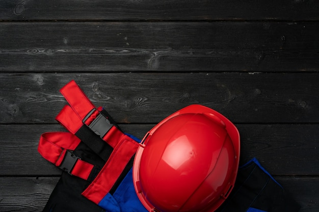 Bovenaanzicht van uniform van bouwvakker op houten