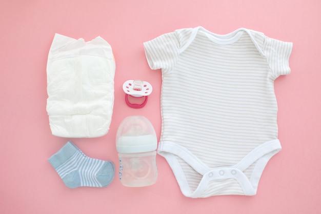 Bovenaanzicht van unisex pasgeboren babybenodigdheden