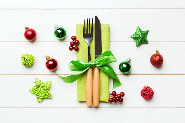 Bovenaanzicht van vakantie set vork en mes op hout