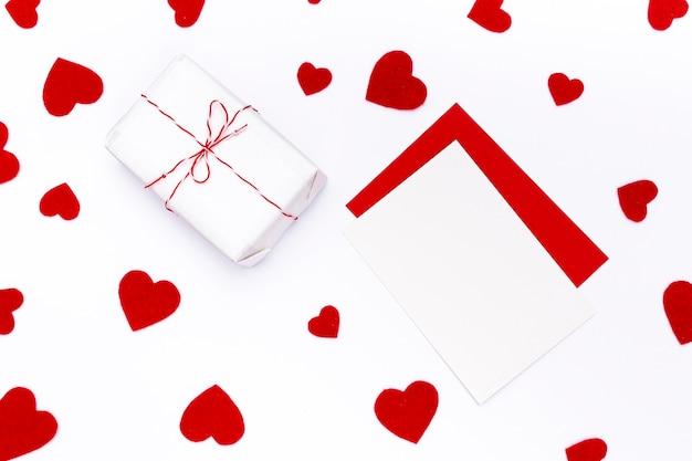 Bovenaanzicht van valentijnsdag aanwezig met harten en papieren