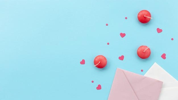Bovenaanzicht van valentijnsdag kaarsen en enveloppen