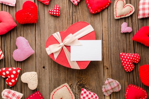 Bovenaanzicht van valentijnsdag ornamenten met cadeau