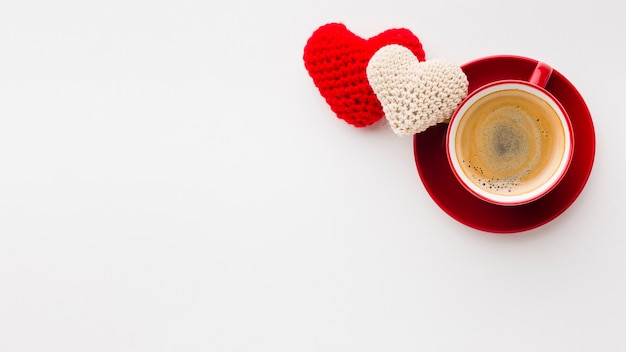Bovenaanzicht van valentijnsdag ornamenten met koffie