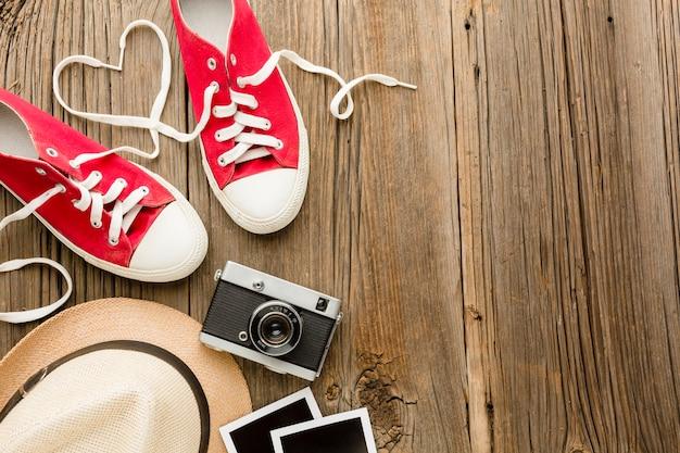 Bovenaanzicht van valentijnsdag schoenen met camera en kopie ruimte