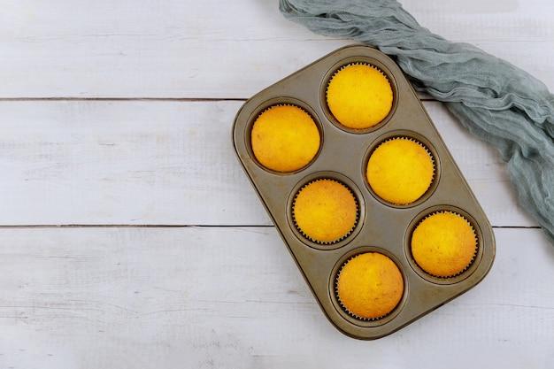 Bovenaanzicht van vanille zelfgemaakte muffins in bakplaat