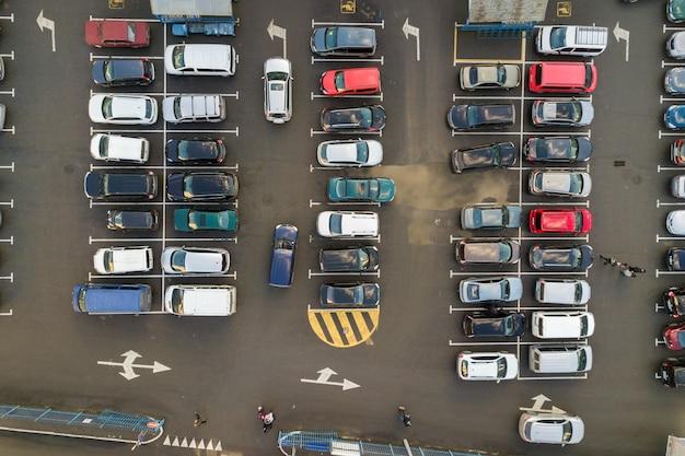 Bovenaanzicht van veel auto's geparkeerd op een parkeerplaats.