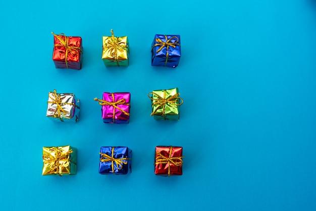 Bovenaanzicht van veelkleurige heldere vakantie geschenkdozen op blauw