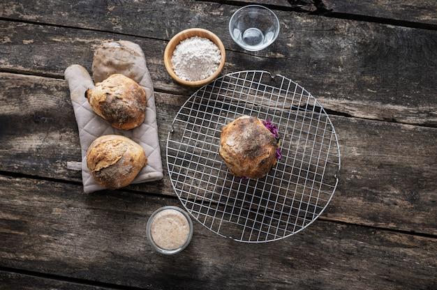 Bovenaanzicht van vegan hamburger gemaakt met zelfgemaakte zuurdesembrood broodje