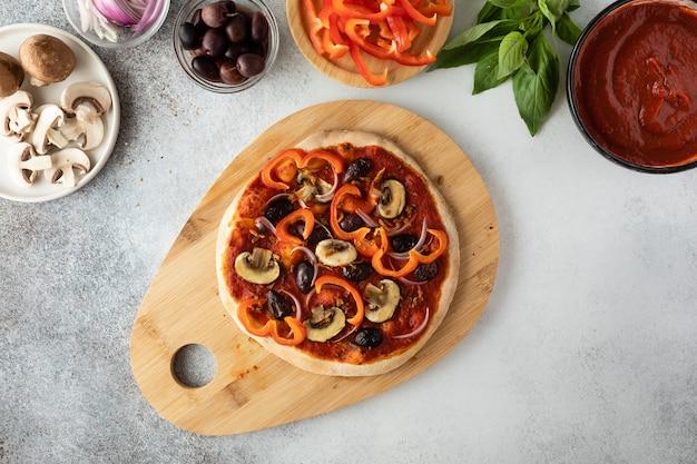 Bovenaanzicht van vegetarische pizza met champignons