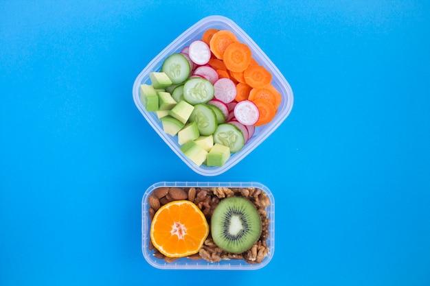 Bovenaanzicht van vegetarische snack of lunch in dozen