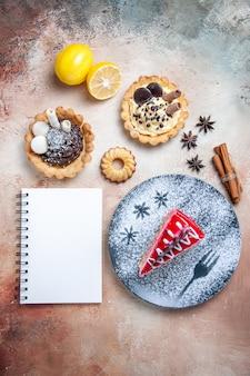 Bovenaanzicht van ver een cake een cake kaneel citroen steranijs koekjes cupcakes notebook