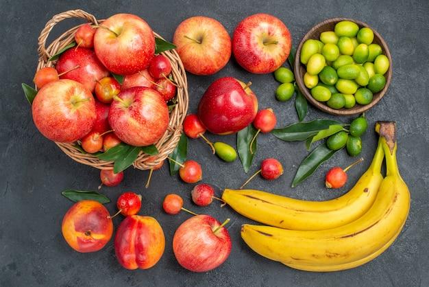 Bovenaanzicht van veraf fruit nectarines mandarijnen kersen appels citrusvruchten bananen