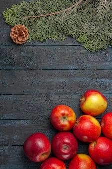 Bovenaanzicht van veraf veel appels veel appels staan rechts onder de takken